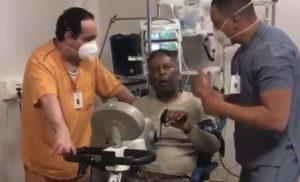 Pelé divulga vídeo no hospital e diz melhorar a cada dia